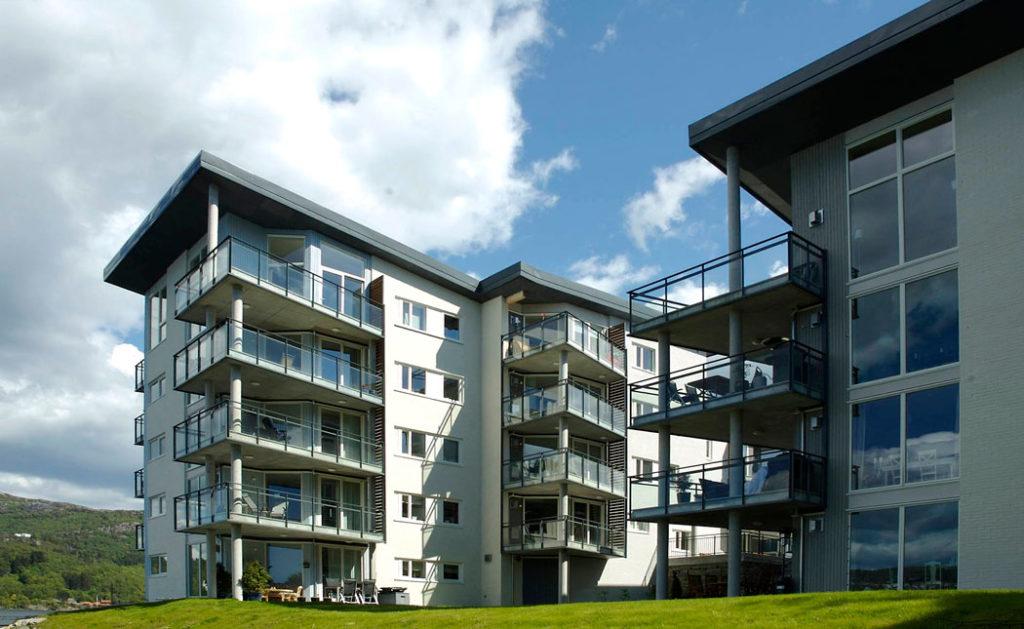Fasadebilde av blokk og rekkehus i Tømmervågen, Eidsvåg